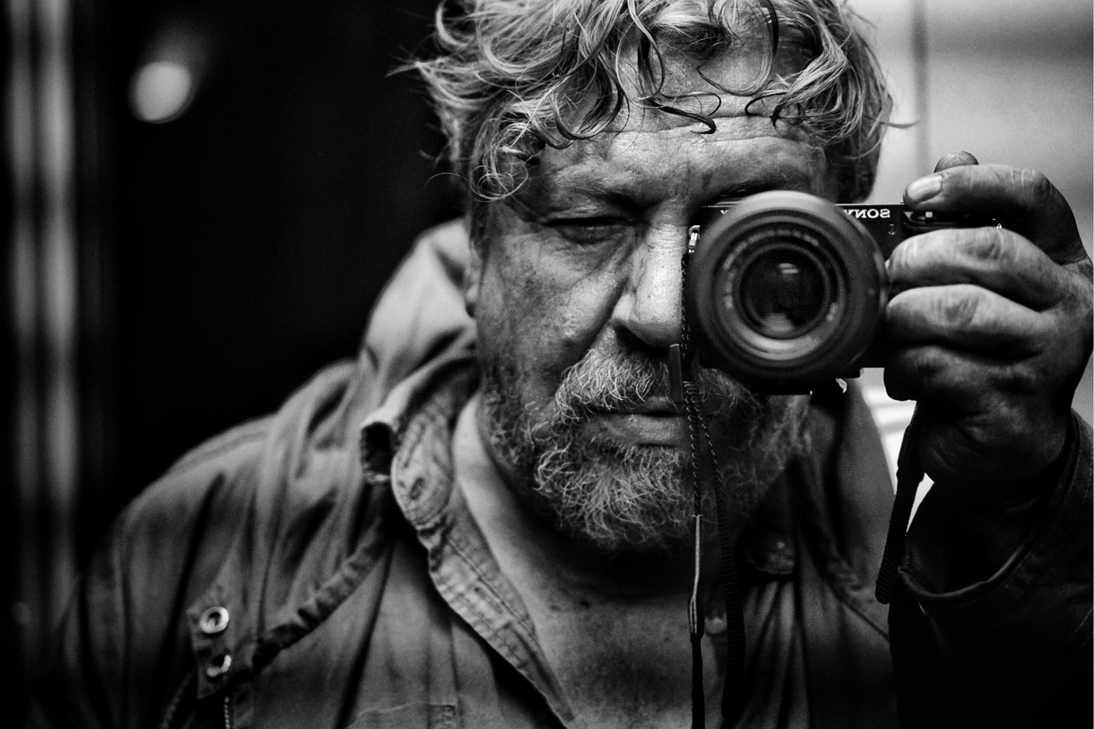 Mann fotografiert sich selbst