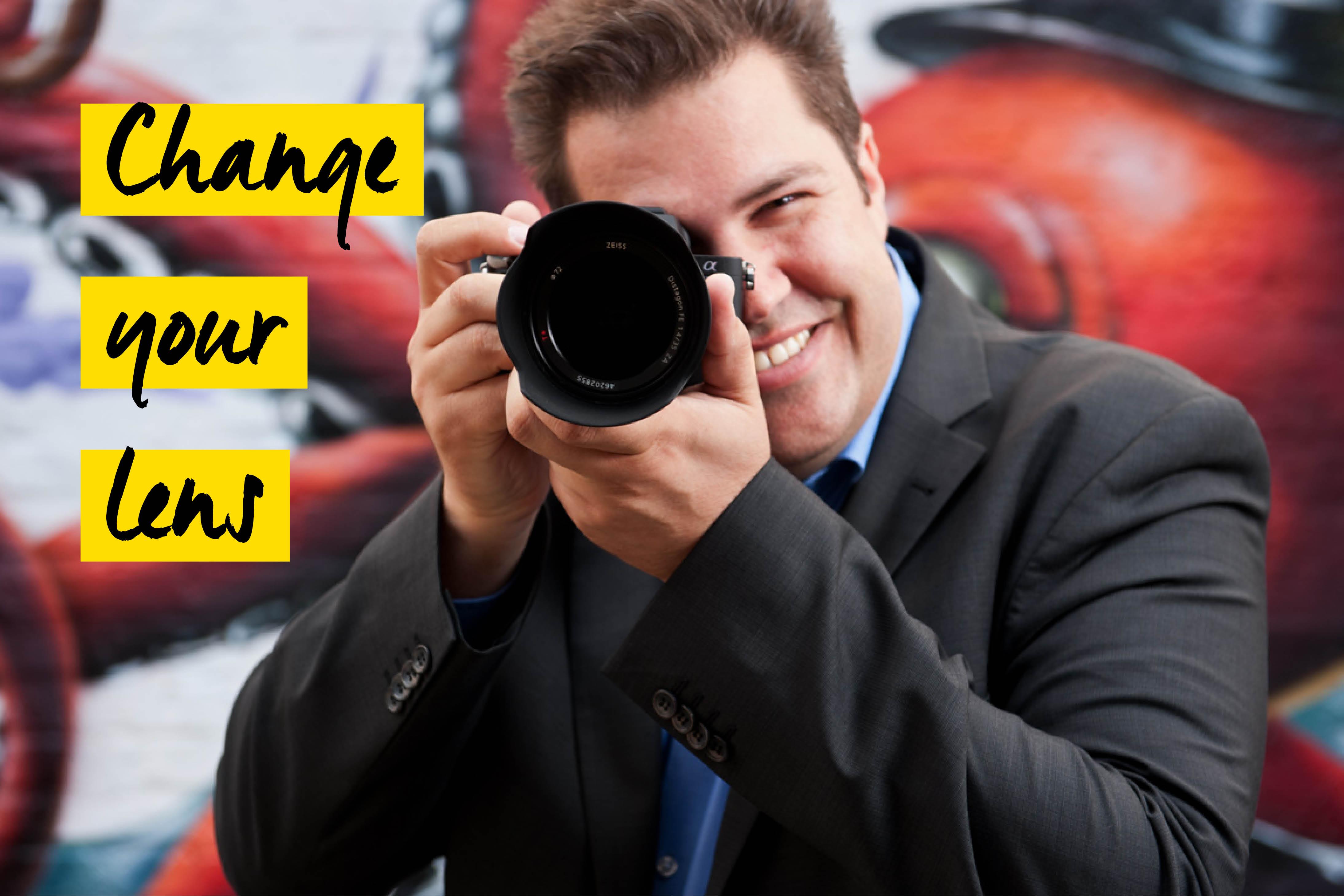 Mann mit Sony Kamera